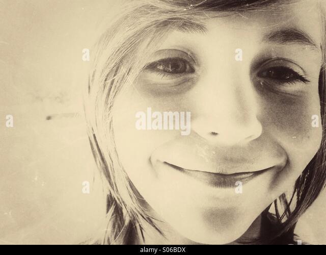 Kaukasische junge Lächeln auf den Lippen. Vintage Sepia Tönung. Stockbild