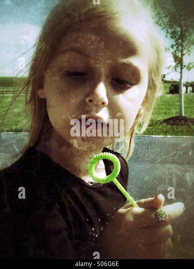 Ein Mädchen spielen mit Luftblasen. Stockbild