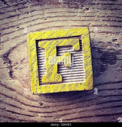 Es ist ein Holzschnitt-Spielzeug mit einem Alphabet Buchstaben drauf: F Stockbild