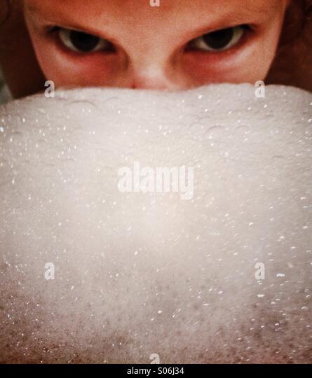 Mädchen Gesicht versteckt durch Masse Blasen Stockbild