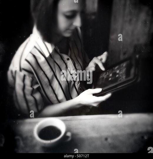 Eine junge Frau mit einem Tabletcomputer Stockbild