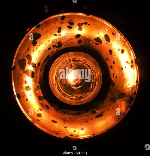 Im Inneren einen Kerzenständer Stockbild