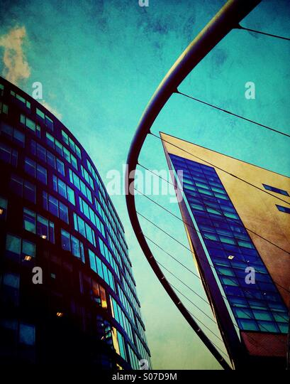 Gebäude und Fußgängerbrücke am Piccadilly in Manchester Stockbild