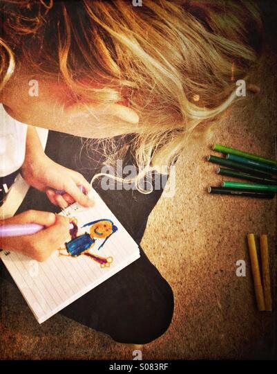 Junge Mädchen, die Zeichnung Bild von Mädchen Stockbild