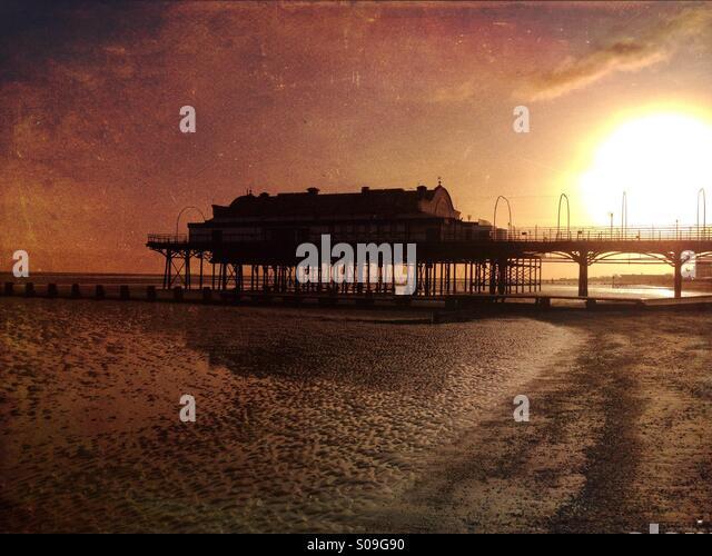 Cleethorpes Pier bei Sonnenaufgang. Stockbild