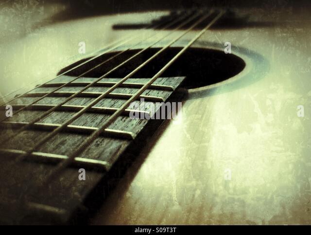 Nahaufnahme der Stahlsaiten auf einer klassischen Gitarre. Stockbild