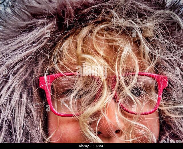 Junge Mädchen tragen pelzigen Kapuze mit Gesicht verdeckt durch blinde locken Stockbild