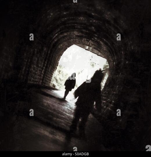 Verfolgt in einem dunklen tunnel Stockbild