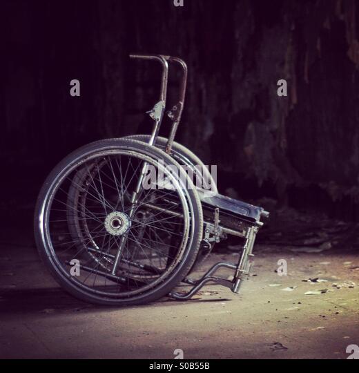 Unheimliche Rollstuhl in verlassenen Gebäude Stockbild