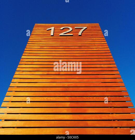 Blickte zu 127 Holzschild Stockbild