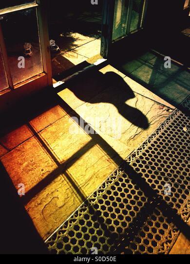 Schatten einer Person durch ein Fenster Stockbild