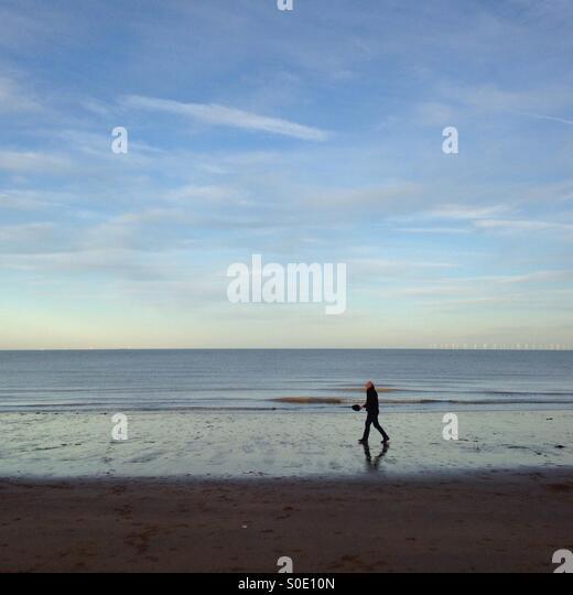 Walking am Strand Stockbild