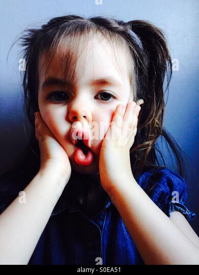 3 - jährige Mädchen, das lustige Gesicht Stockbild