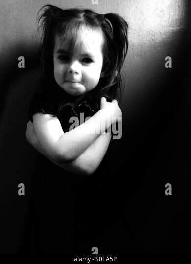 3-jähriges Mädchen mit Zöpfen im Haar Stockbild
