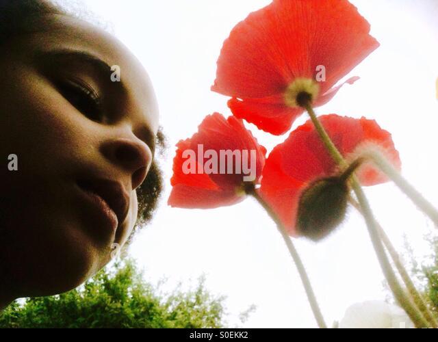 Kleines Mädchen mit Mohnblumen. Stockbild
