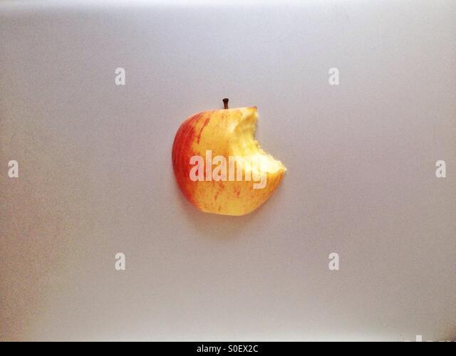 Aluminiumoberfläche Computer mit eine angebissene Apfel Stockbild