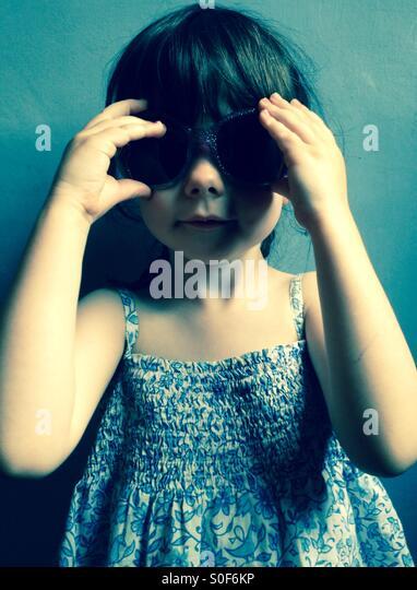 3 - Jahre altes Mädchen im Sommerkleid und Sonnenbrillen Stockbild