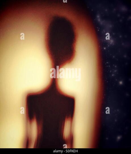 Alien Figur Blick auf fernen Sternen Stockbild