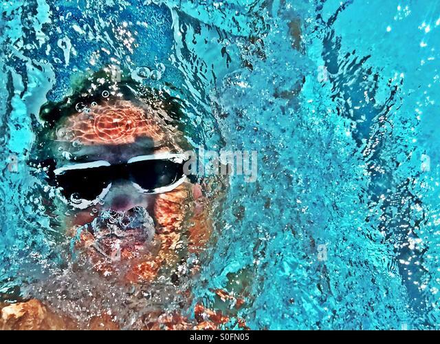 Detailansicht über männliche Schwimmer Rücken nach oben in einem Schwimmbad im freien Wettbewerb Stockbild