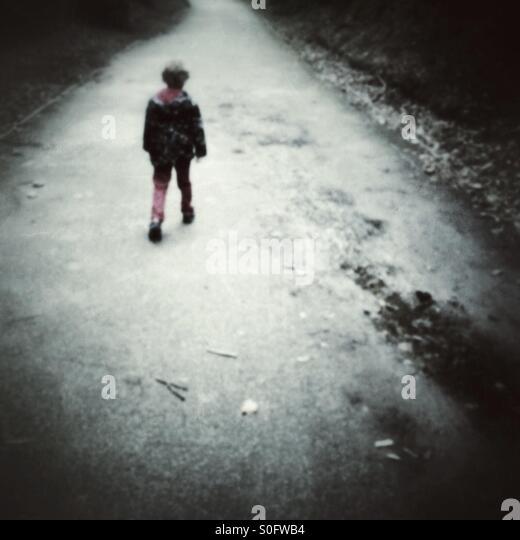 Kind zu Fuß entlang eines Pfads Stockbild