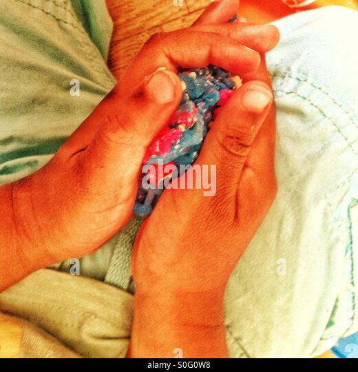 Hände des Kindes Stockbild