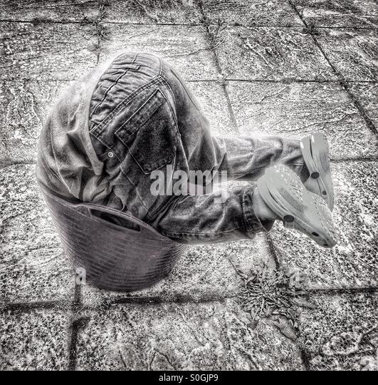 Kind spielt in einem Eimer. Stockbild
