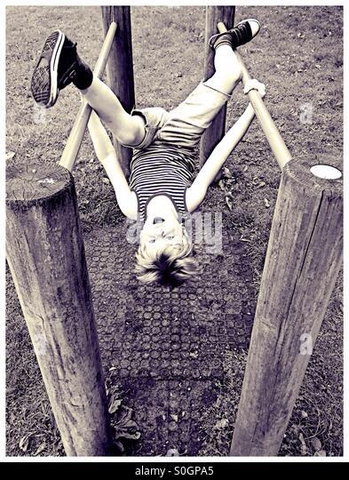 Junge auf einem Spielplatz Stockbild