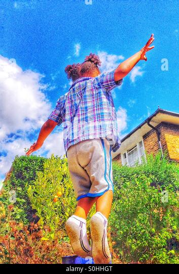 Kind beim Spielen auf einem Trampolin Stockbild