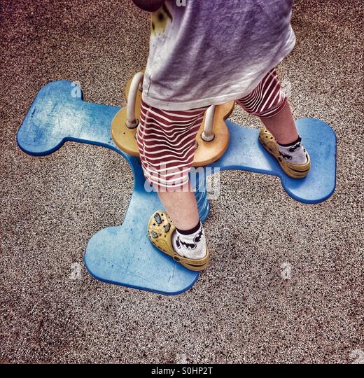 Kleiner Junge balancieren auf Spielplatz-Fahrt Stockbild