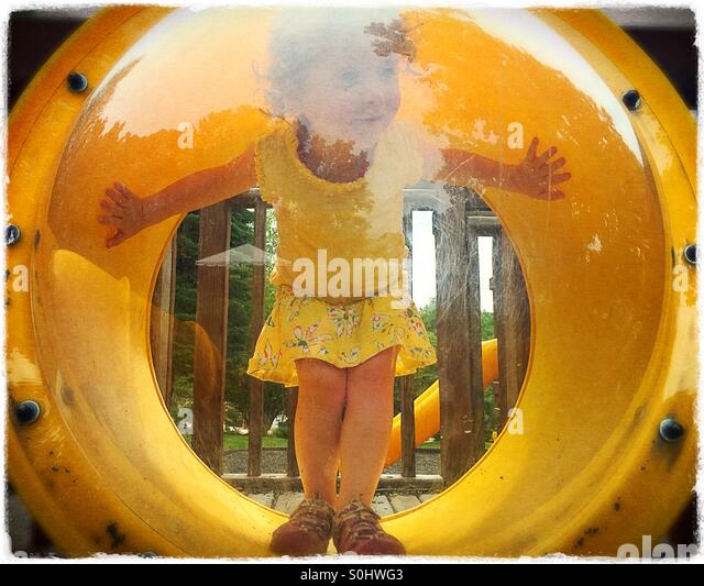 Kleinkind auf dem Spielplatz Stockbild