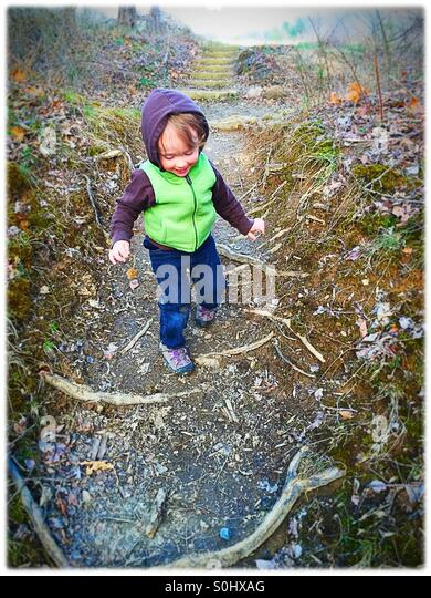 Kleinkind auf einer Wanderung Stockbild