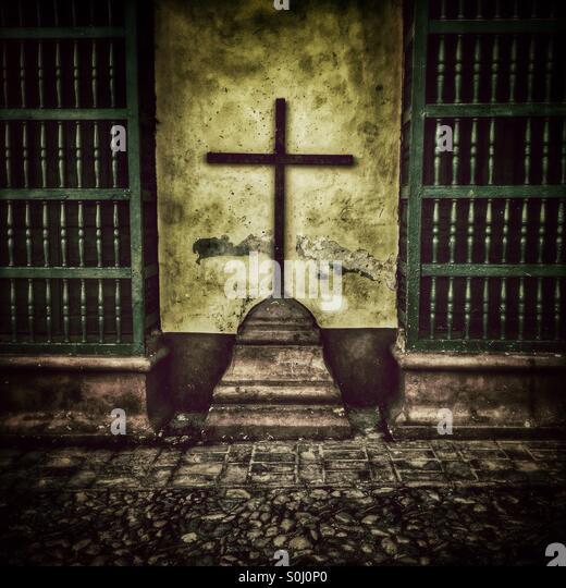 Ein Kreuz und vergitterten Fenster in Trinidad Kuba Stockbild