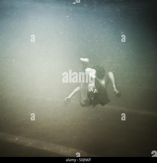 Junge in einem Pool schwimmen Stockbild