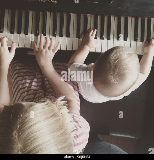 Foto von der Spitze der Geschwister lernen, Klavier zu spielen, gemeinsam Stockbild