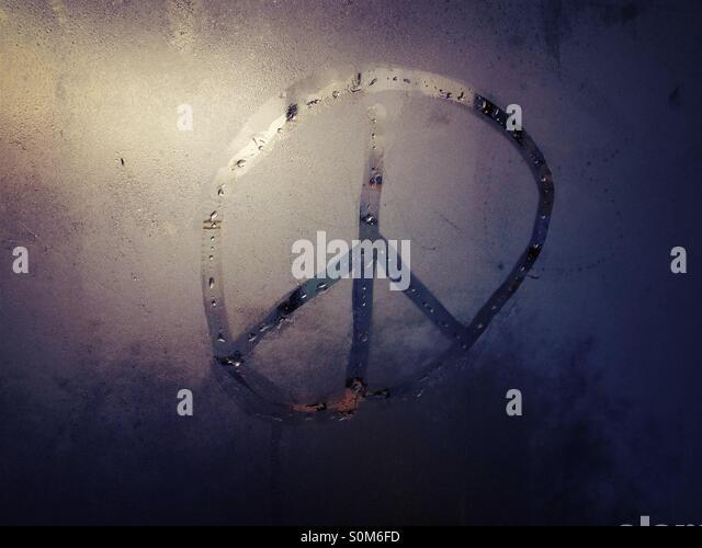 CND-Peace-Zeichen in Glas Kondensation Stockbild