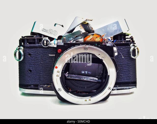 Zertrümmerte Olympus SLR Filmkamera - Stock-Bilder