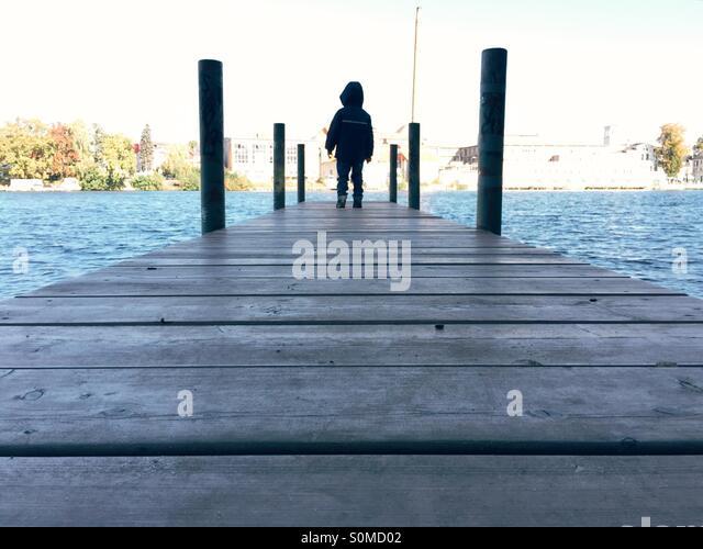 Junge Junge stand auf einem Steg Stockbild