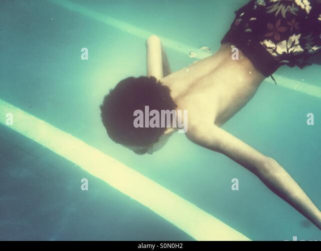 Bou Schwimmen unter Wasser im pool Stockbild