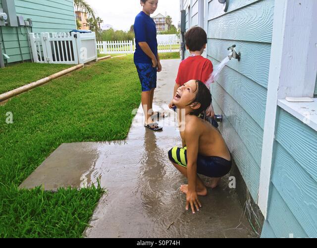 Jungs nach dem Schwimmen abspülen. Spielen im Wasser. Stockbild