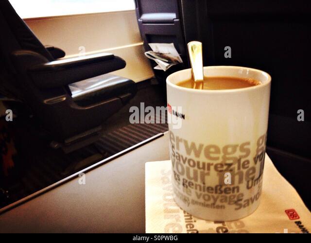 Kaffee mit Milch während der Reise in die erstklassiger Trainer der ICE der deutschen Deutsche Bahn, Deutschland Stockbild