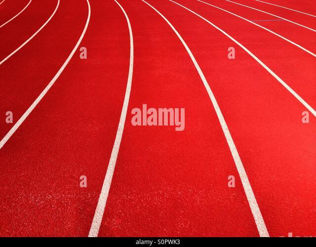 Linien auf der Laufstrecke am Sportplatz Stockbild