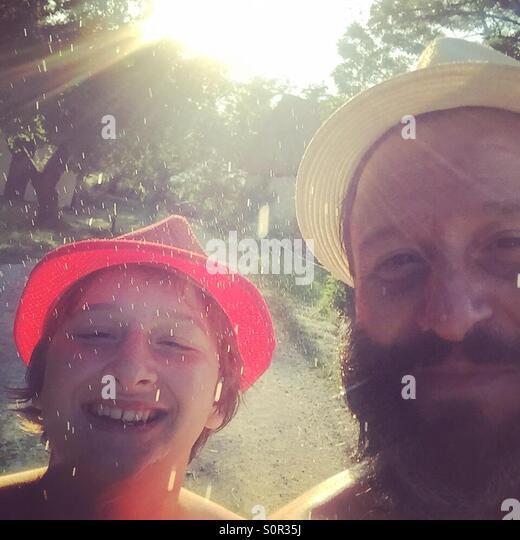 Vater und Sohn goofing Stockbild