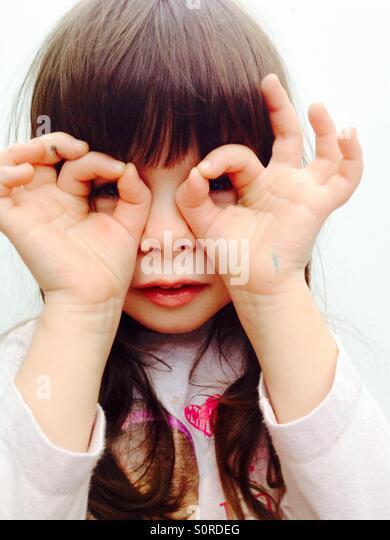 3-jähriges Mädchen Blick aber ihre Finger Stockbild
