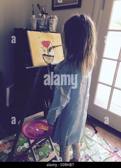 Mädchen malen eine Blume Stockbild