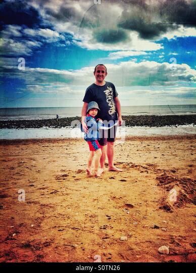 Vater und Sohn am Strand. Stockbild