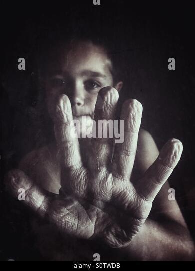 Junge faltige Hand aus dem langen Duschen zeigen Stockbild