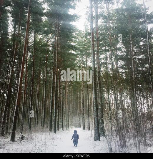 kleines Kind im Wald im Winter Stockbild
