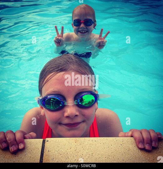 Kinder in einem Schwimmbad Stockbild