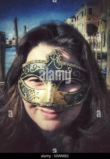 Tourist-Frau mit venezianischer Maske Stockbild