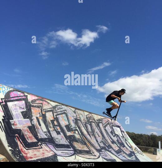 Teenager fahren Roller Skate Park Stockbild